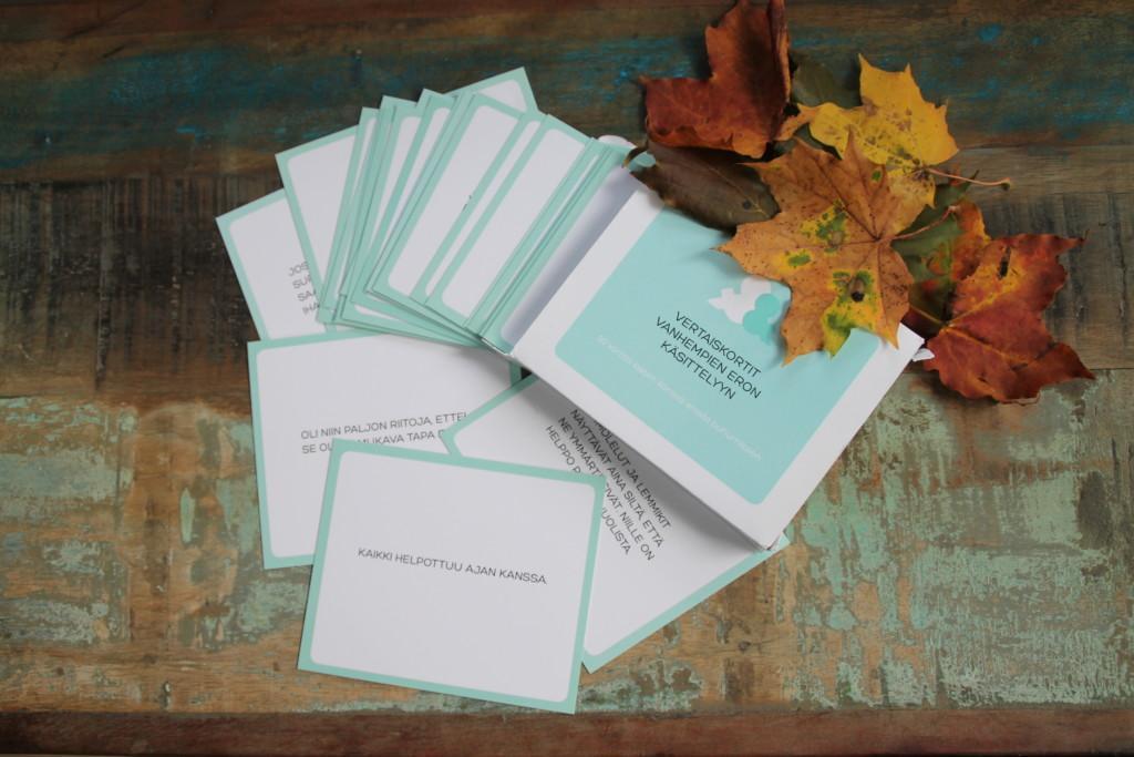 Kuvassa vertaiskortit vanhempien eron käsittelyyn. Kuvassa kortti, jossa lukee; Kaikki helpottuu ajan kanssa.